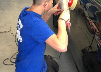 Professioneel poetsen van lakwerken en auto's