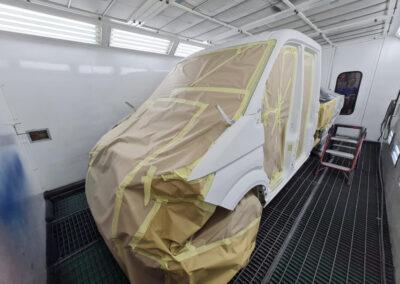 Bedrijfsauto in bedrijfskleur spuiten door Autoschade De Jong (voorbewerken)
